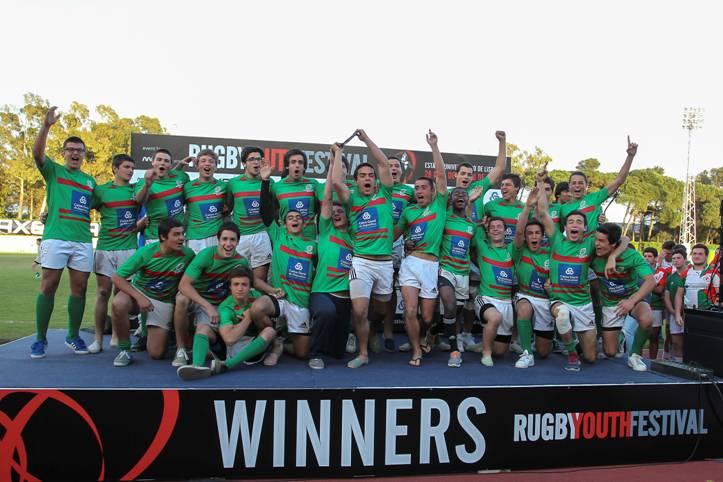 Créditos Carlos Rodrigues – Seleção Nacional – Lobinhos XV a receber o troféu de Vencedor